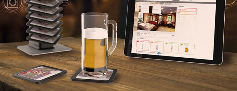 Bierglas auf einem intelligenten Bierdeckel