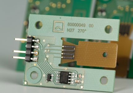 Polymer-Dehnungsmessstreifen auf Leiterplatte mit Elektronik