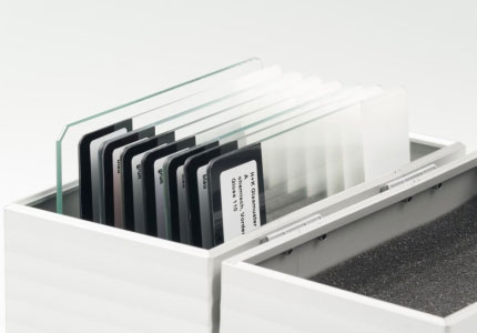 Verschiedene Glasscheiben in Koffer aufgereiht