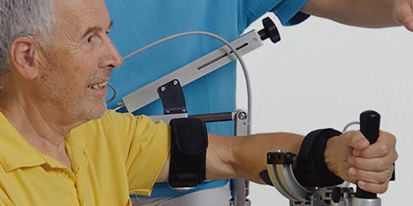 Mann trainiert Arm mit Therapiegerät