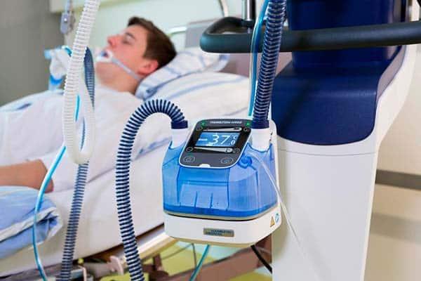 Mann auf Intensivstation mit Beatmungsgerät